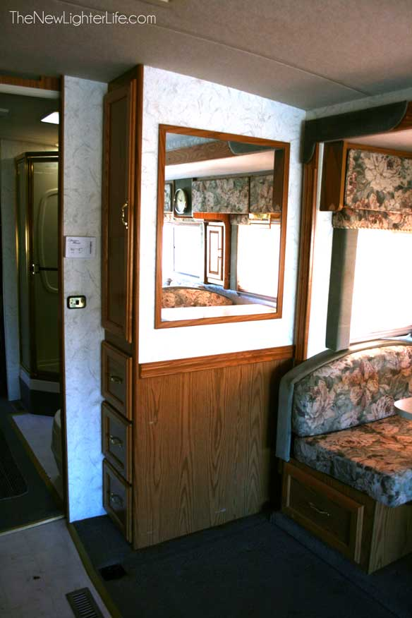 96-winnebago-adventurer-dining-storage
