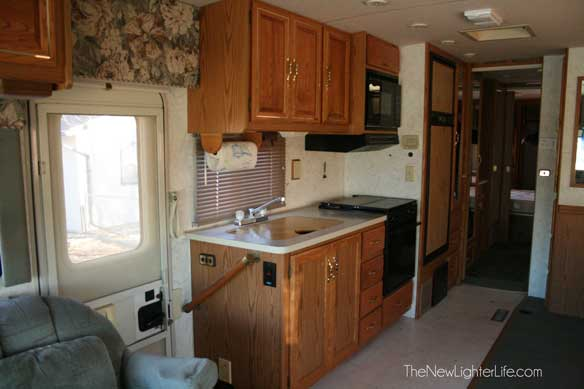 96-winnebago-adventurer-kitchen