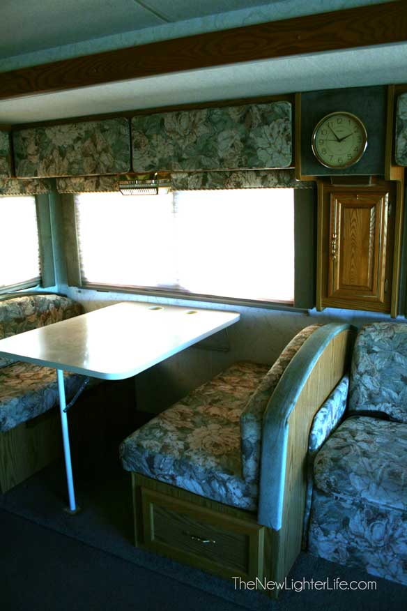 96-winnebago-adventurer-overhead-storage