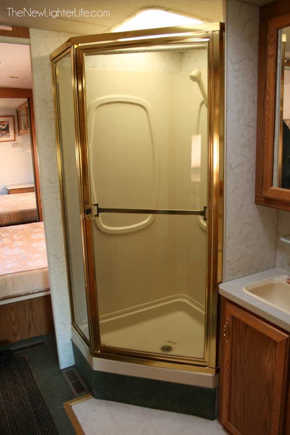 96-winnebago-adventurer-shower